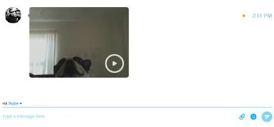 رسالة الفيديو التي تم استلامها أثناء عرضها في نافذة المحادثة.